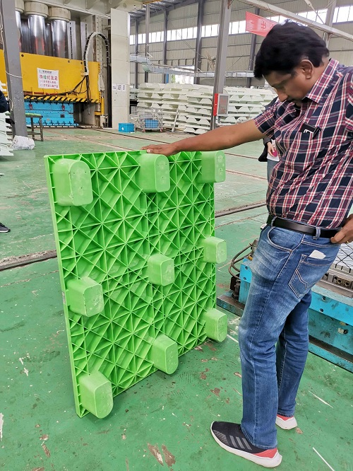 Our customers check plastic pallets